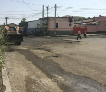 Laying asphalt on runoffs at the intersection of Krasnoarmeyskaya and Krylova streets