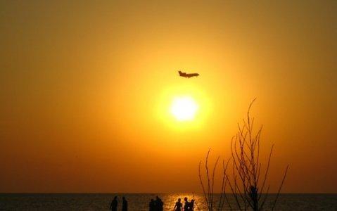 самолет закат пляж