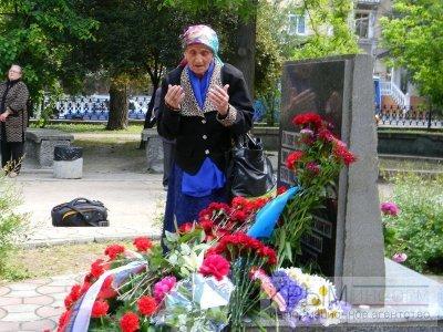 Крыскотатарская бабушка у памятника жертвам депортации. Симферополь. Фото: Крыминформ