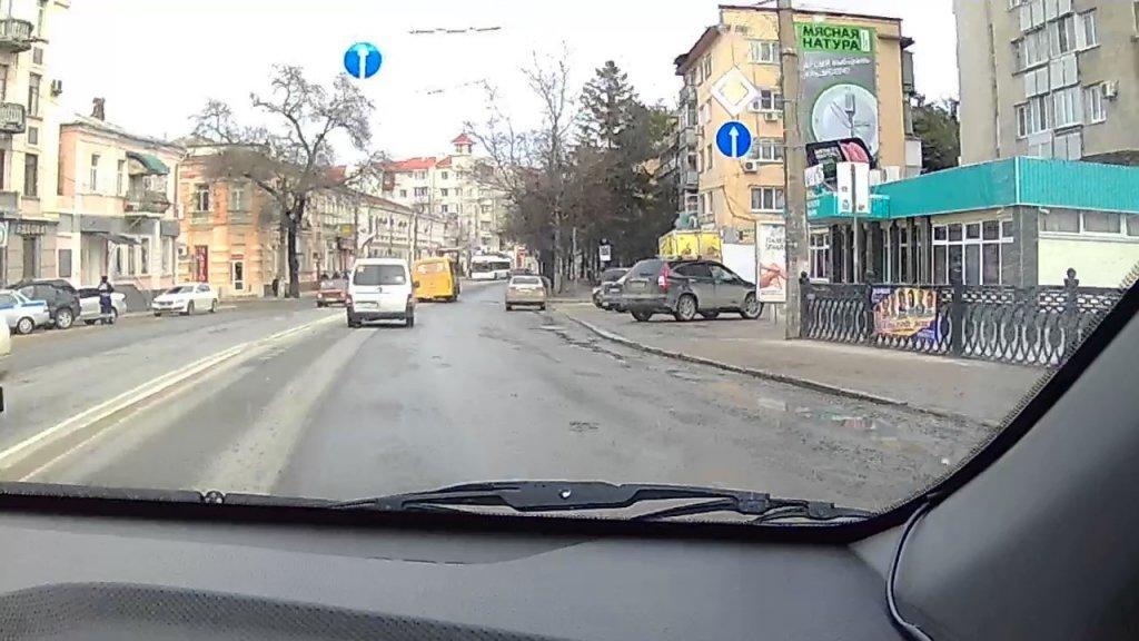 В центре Симферополя появились ямы на недавно отремонтированных дорогах (видео)